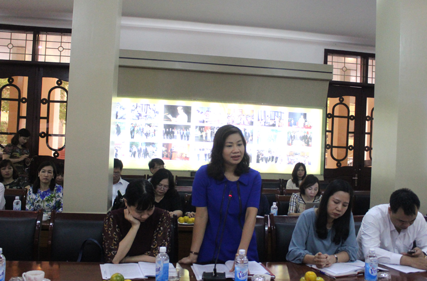 PGS.TS. Nguyễn Thị Thu Vân - Trưởng khoa Văn bản và Công nghệ hành chính trình bày tham luận tại Hội thảo