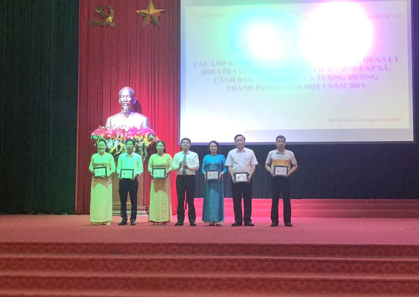ThS. Tống Đăng Hưng – Phó Trưởng ban, Ban Quản lý bồi dưỡng trao chứng chỉ và giấy khen cùng phần thưởng cho học viên