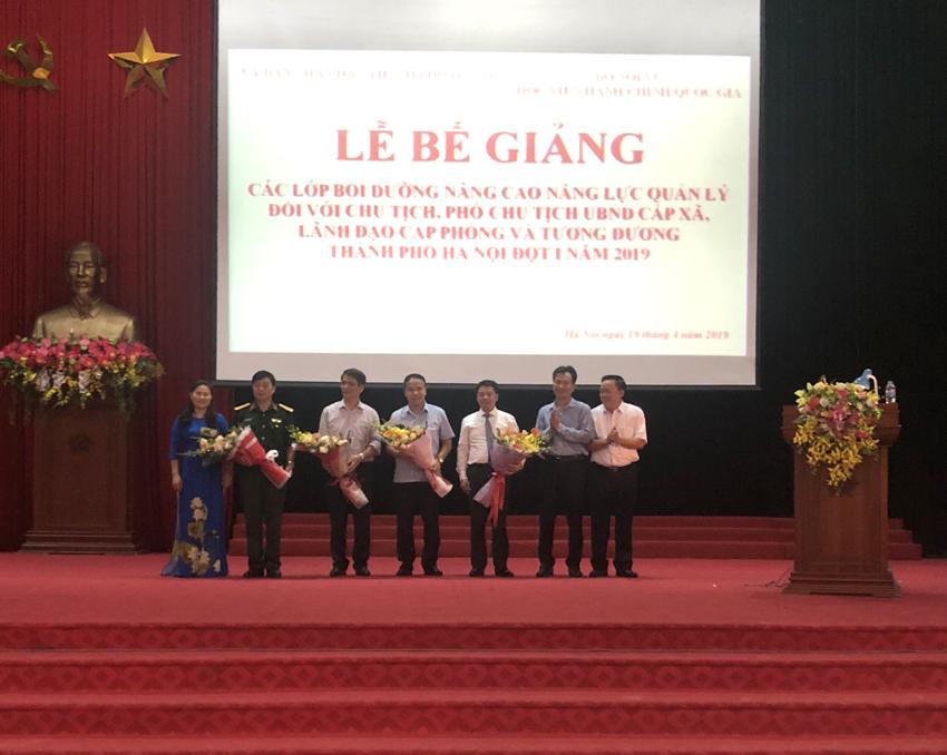 Học viên tặng hoa cám ơn đại biểu đại diện các đơn vị: Bộ Nội vụ, Học viện Hành chính Quốc gia; Sở Nội vụ Hà Nội; Trường Quân sự Bộ Tư lệnh Thủ đô