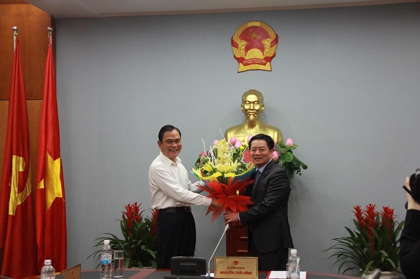 Bộ trưởng Bộ Nội vụ Nguyễn Thái Bình chúc mừng GS.TS. Nguyễn Đăng Thành được Thủ tướng Chính phủ bổ nhiệm giữ chức vụ Thứ trưởng Bộ Nội vụ kiêm Giám đốc Học viện Hành chính Quốc gia