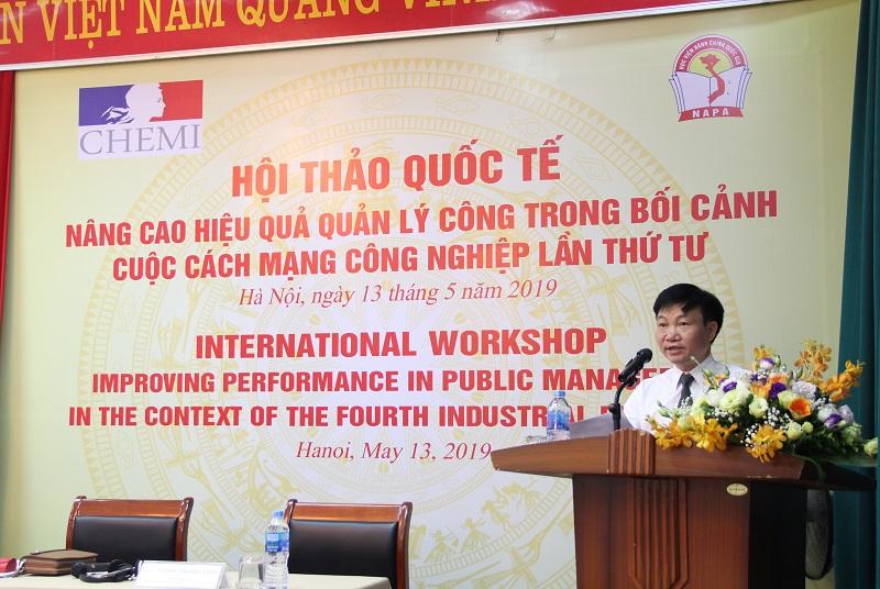 TS. Nguyễn Minh Sản – Phó Viện trưởng Viện Nghiên cứu Khoa học Hành chính giới thiệu đại biểu tham dự Hội thảo