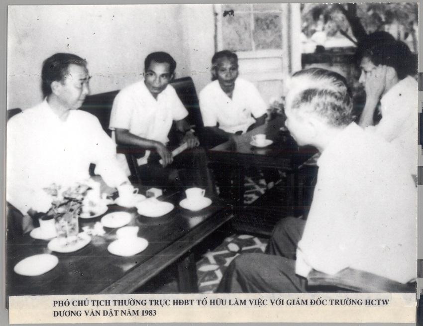 Đồng chí Tố Hữu - Phó Chủ tịch Thường trực Hội đồng Bộ trưởng thăm và làm việc tại Trường Hành chính Trung ương, năm 1983