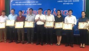 TS. Đặng Thành Lê trao giấy khen cho học viên có thành tích xuất sắc trong học tập