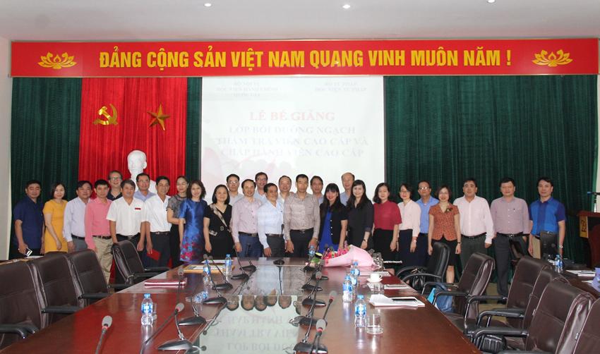 Đại biểu và các học viên tham dự lễ Bế giảng khóa học chụp ảnh lưu niệm
