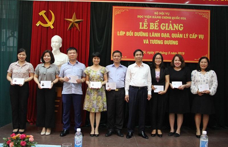 PGS.TS. Triệu Văn Cường – Thứ trưởng Bộ Nội vụ trao chứng chỉ hoàn thành khóa bồi dưỡng cho các học viên