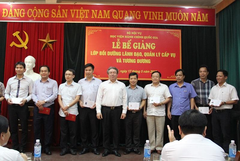 TS. Đặng Xuân Hoan - Giám đốc Học viện Hành chính Quốc gia trao chứng chỉ hoàn thành khóa bồi dưỡng cho các học viên