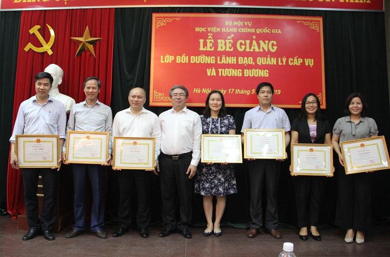 TS. Đặng Xuân Hoan - Giám đốc Học viện Hành chính Quốc gia trao Giấy khen cho các học viên đạt thành tích cao trong học tập