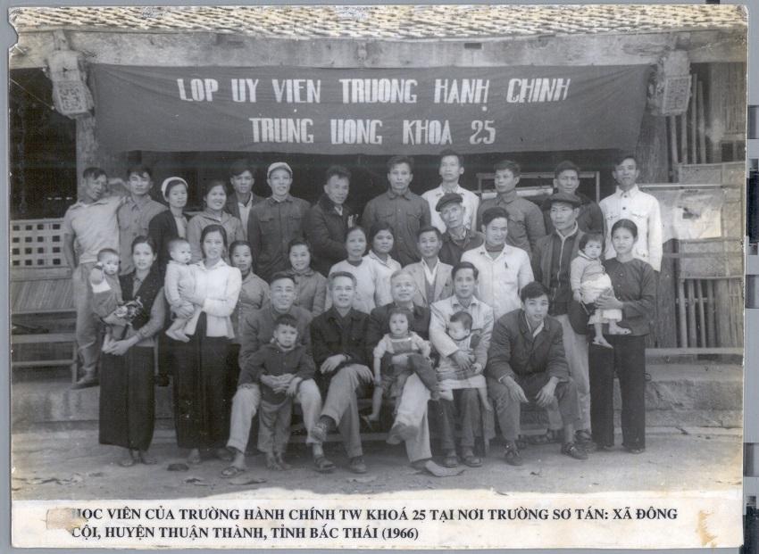 Cán bộ, giảng viên và học viên khóa 25 tại nơi sơ tán  (xã Đông Côi, Thuận Thành, Hà Bắc, năm 1966)