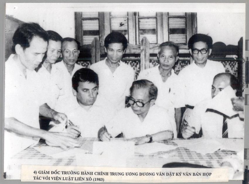 Hiệu trưởng Trường Hành chính Trung ương Dương Văn Dật ký văn bản hợp tác với Viện Luật Liên xô, năm 1983