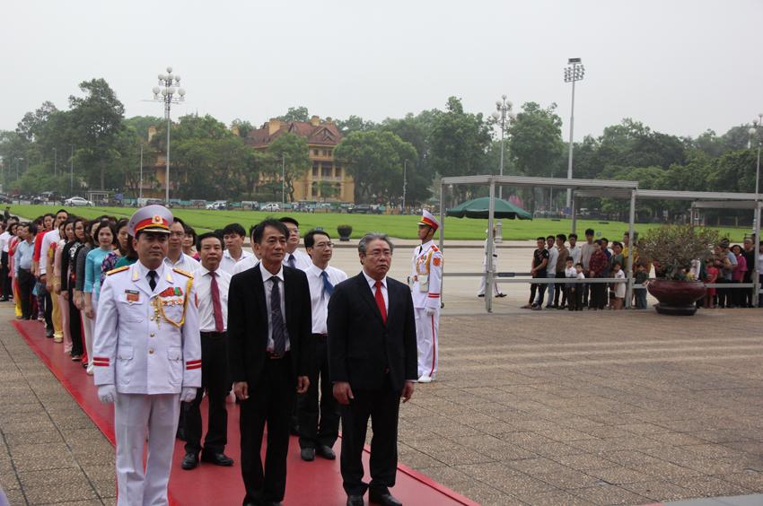 Đồng chí Đặng Xuân Hoan và đồng chí Chu Xuân Khánh dẫn dầu đoàn vào Lăng viếng Bác