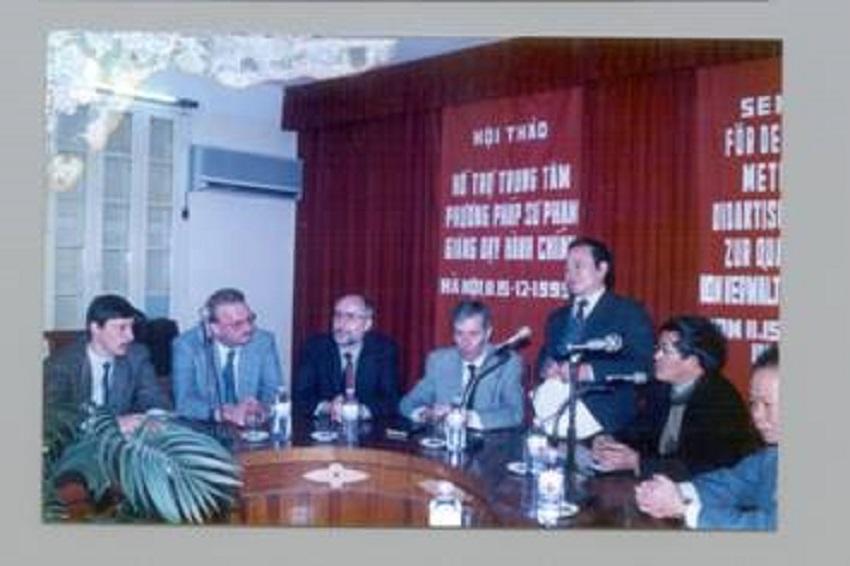 """GS.TS. Nguyễn Duy Gia chủ trì hội thảo: """"Hỗ trợ Trung tâm phương pháp sư phạm giảng dạy hành chính"""", tháng 12/1995"""