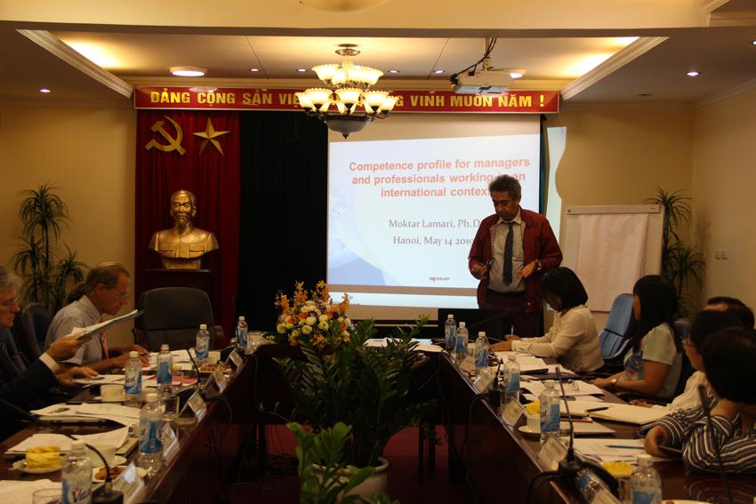 GS. TS. Moktar Lamari, Giám đốc Trung tâm Phát triển Năng lực và Đánh giá, Trường Hành chính Quốc gia Kê-bếch Ca-na-đa trình bày tham luận