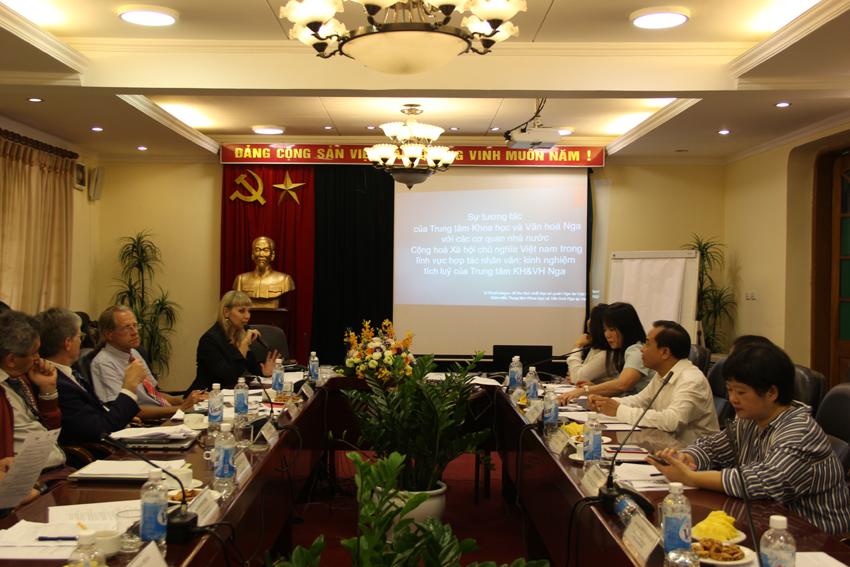 Bà Natalia Shafinskaya, Giám đốc Trung tâm Khoa học và Văn hóa Nga, Bí thư Thứ nhất Đại sứ quán Liên bang Nga tại Việt Nam trình bày tham luận