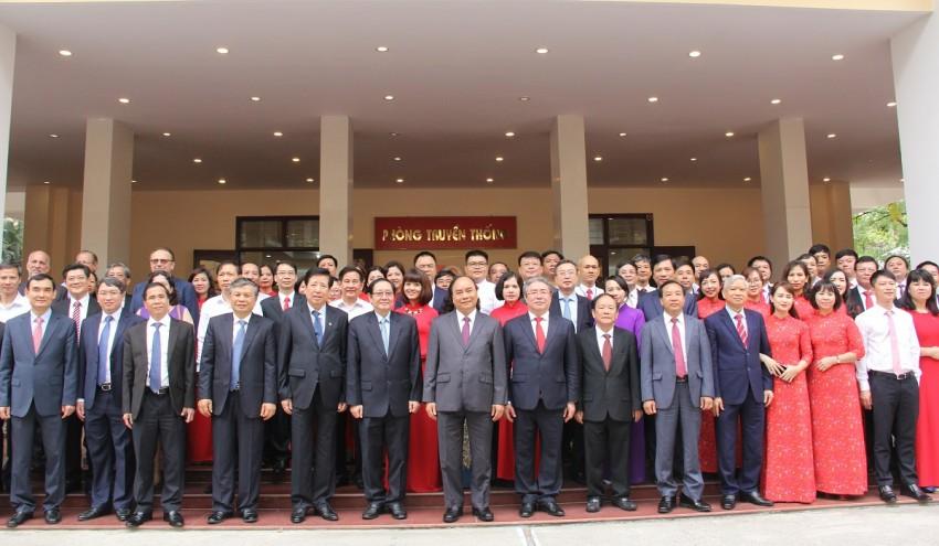 Thủ tướng Chính phủ Nguyễn Xuân Phúc chụp ảnh lưu niệm cùng các đại biểu về dự Lễ Kỷ niệm