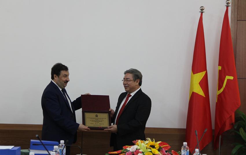 GS.TSKH Vladimir Aleksandrovich Mau, Giám đốc RANEPA trao tặng phẩm chúc mừng 60 năm ngày thành lập Học viện cho Giám đốc Đặng Xuân Hoan