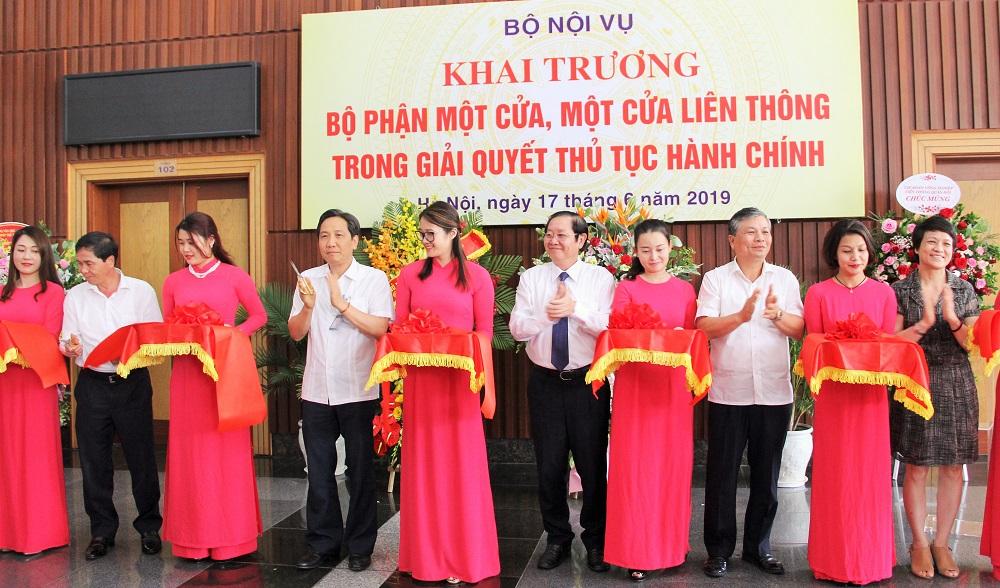 Bộ trưởng Bộ Nội vụ Lê Vĩnh Tân và các đại biểu cắt băng khai trương Bộ phận một cửa, một cửa liên thông trong giải quyết thủ tục hành chính của Bộ Nội vụ