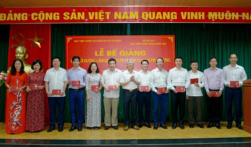 NGƯT.TS. Vũ Thanh Xuân - Phó Giám đốc Học viện Hành chính Quốc gia trao chứng chỉ cho các đồng chí học viên