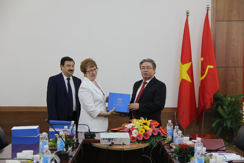 Giám đốc Đặng Xuân Hoan trao tặng phẩm lưu niệm cho các thành viên đoàn