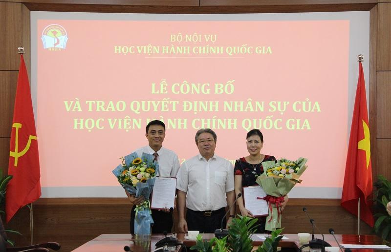 TS. Đặng Xuân Hoan – Bí thư Đảng ủy, Giám đốc Học viện trao quyết định và chúc mừng các đồng chí được bổ nhiệm
