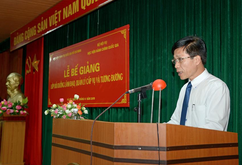 PGS.TS. Hoàng Phúc Lâm trình bày báo cáo tổng kết khóa học