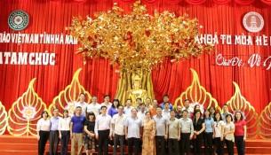Đoàn tham quan và chụp ảnh lưu niệm tại Trung tâm Hội nghị quốc tế, Chùa Tam Chúc