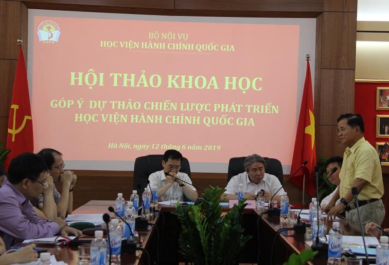 TS. Nguyễn Ngọc Hiến – Nguyên Thứ trưởng Bộ Nội vụ, nguyên Giám đốc Học viện Hành chính Quốc gia đóng góp ý kiến tại Hội thảo