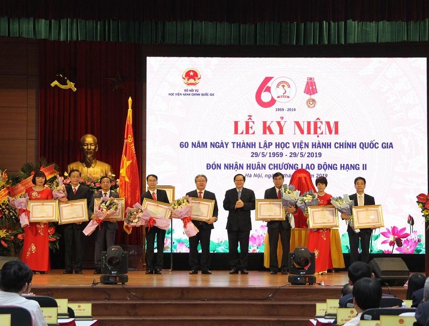 Bộ trưởng Bộ Nội vụ Lê Vĩnh Tân trao Bằng khen cho các tập thể và cá nhân đạt thành tích xuất sắc về các lĩnh vực công tác của Học viện Hành chính Quốc gia