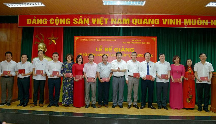 PGS.TS. Nguyễn Duy Bắc trao chứng chỉ cho các đồng chí học viên
