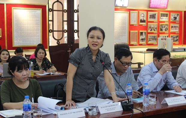 Bà Nguyễn Thị Phương Nga – Nguyên Thứ trưởng Bộ Ngoại giao, Chủ tịch Liên hiệp các tổ chức hữu nghị Việt Nam trình bày tham luận tại Hội thảo