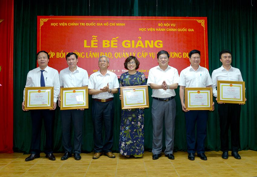 Lãnh đạo hai Học viện trao giấy khen cho các học viên đạt thành tích xuất sắc