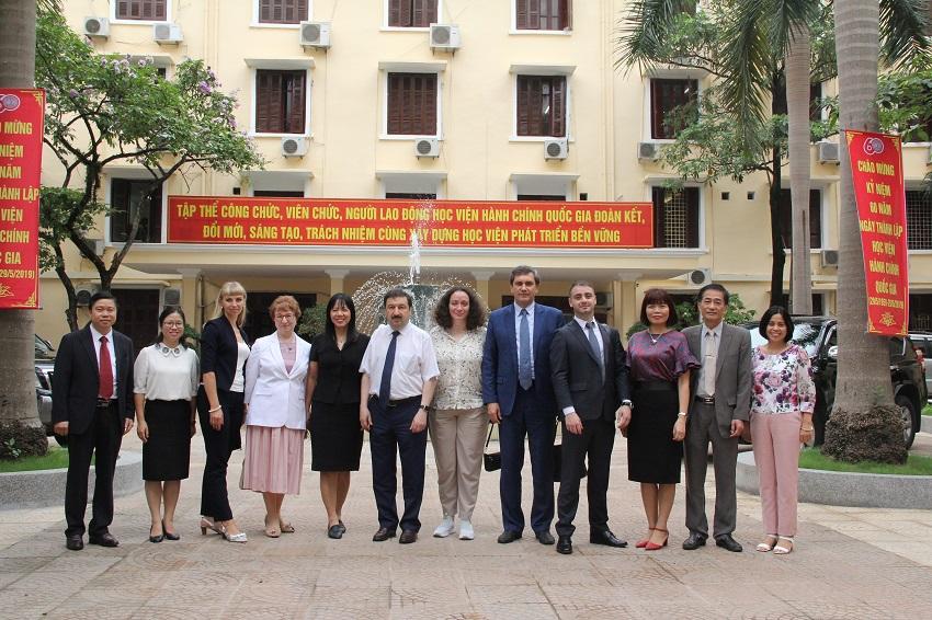 Đoàn RANEPA chụp ảnh lưu niệm với viên chức Học viện