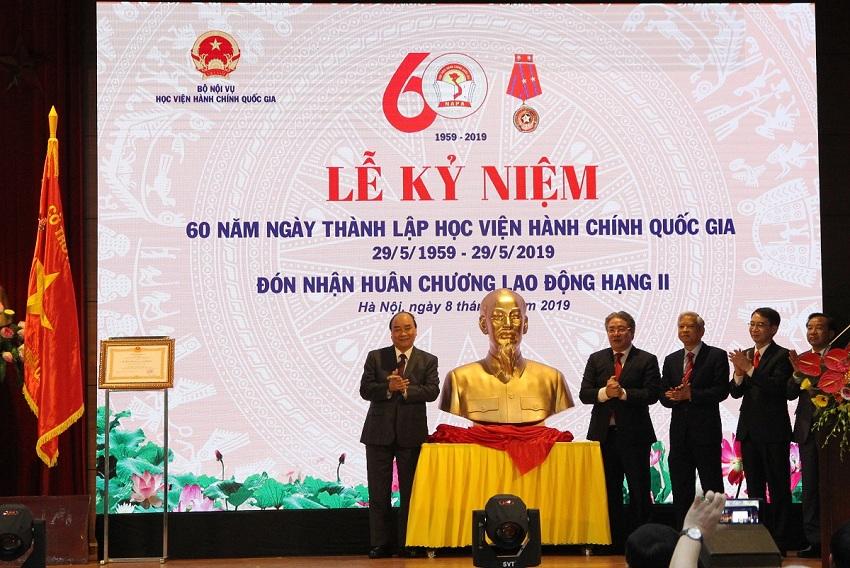 Thủ tướng Chính phủ Nguyễn Xuân Phúc trao tặng bức tượng chân dung Chủ tịch Hồ Chí Minh cho Học viện Hành chính Quốc gia