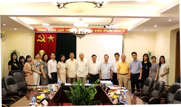 Lãnh đạo HV chụp ảnh cùng các đai biểu tham gia buổi Tổng thuật