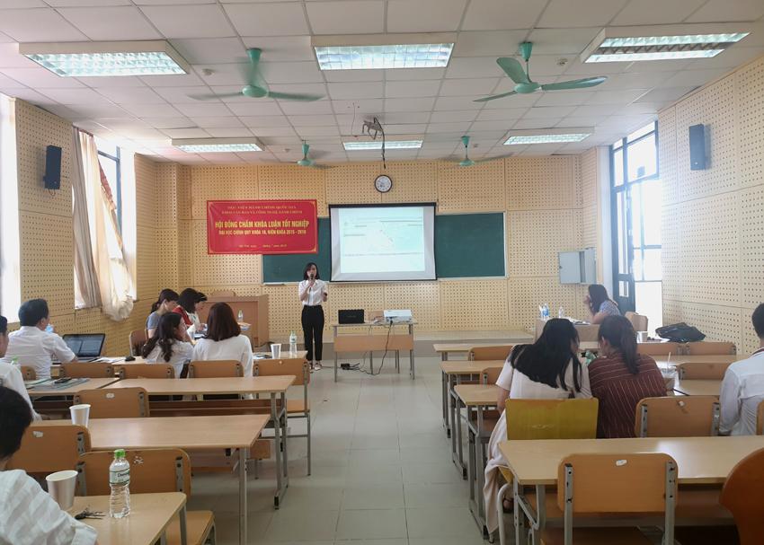 Sinh viên trình bày kết quả nghiên cứu của mình trước Hội đồng