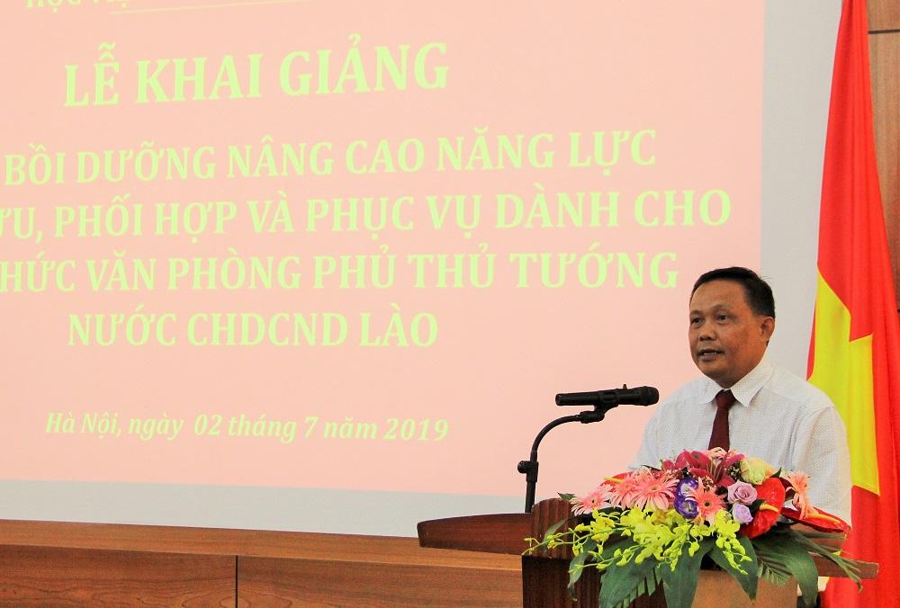 Ông Sathit Phetsingleuang – Vụ trưởng Vụ Thư ký (Văn phòng Phủ Thủ tướng Lào) phát biểu tại Lễ khai giảng khóa bồi dưỡng