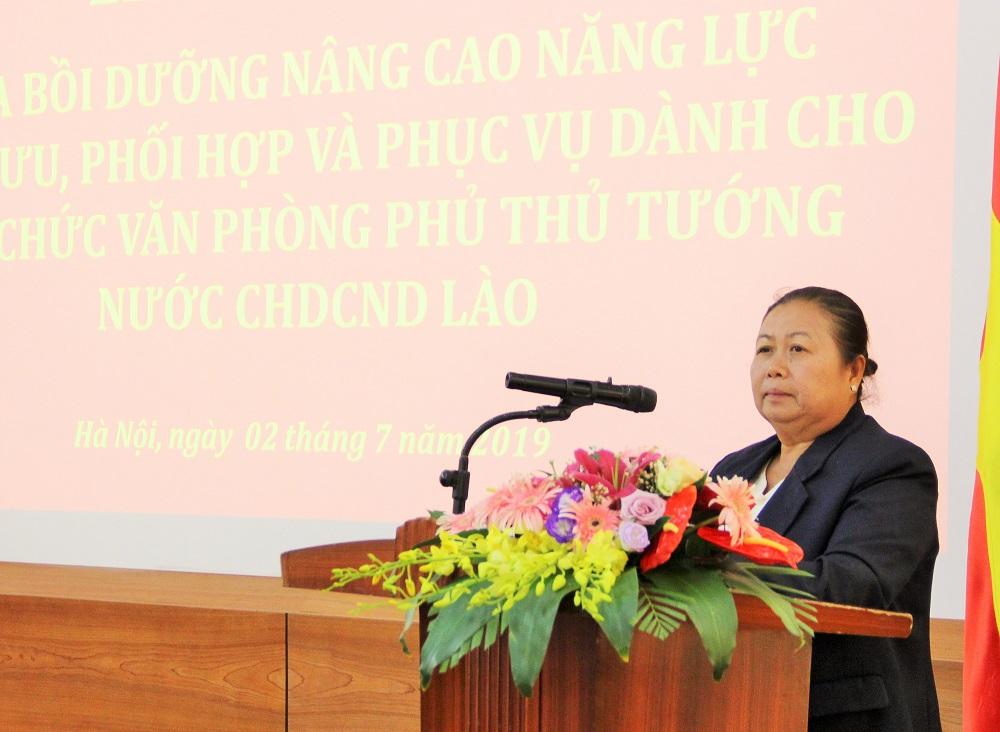 Bà Khonesavanh Sisanon – Trưởng phòng, Vụ Nghiên cứu Tổng hợp, Văn phòng Chủ tịch nước CHDCND Lào, đại diện học viên phát biểu cám ơn các cấp lãnh đạo của Việt Nam – Lào đã phối hợp tổ chức khóa bồi dưỡng