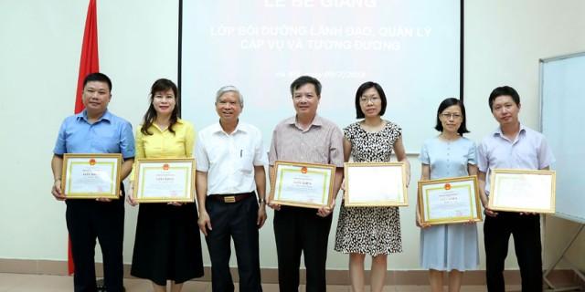 NGUT.TS Vũ Thanh Xuân - Phó Giá đốc Học viện trao giấy khen cho các học viên đạt thành tích xuất sắc
