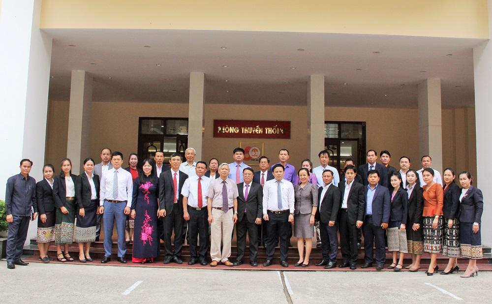 NGƯT.TS. Vũ Thanh Xuân – Phó Giám đốc Học viện Hành chính Quốc gia cùng các đại biểu và học viên tham gia khóa bồi dưỡng.