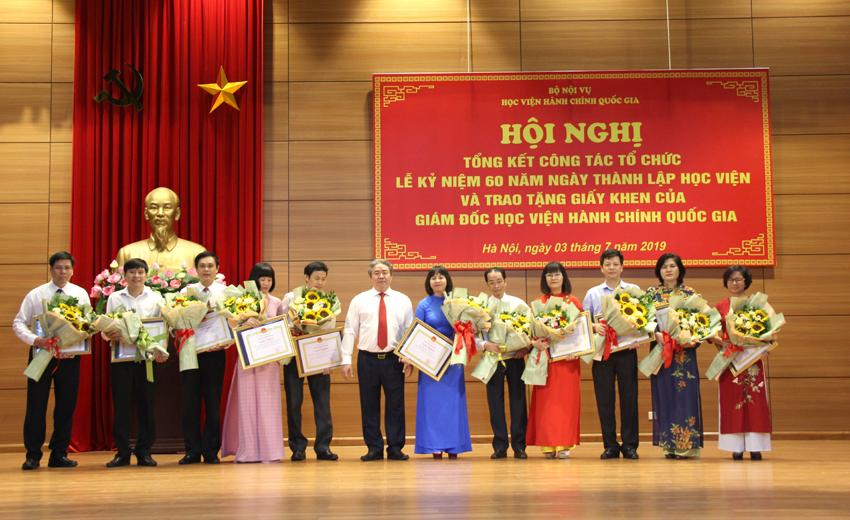 Giám đốc Học viện trao giấy khen cho 11 tập thể