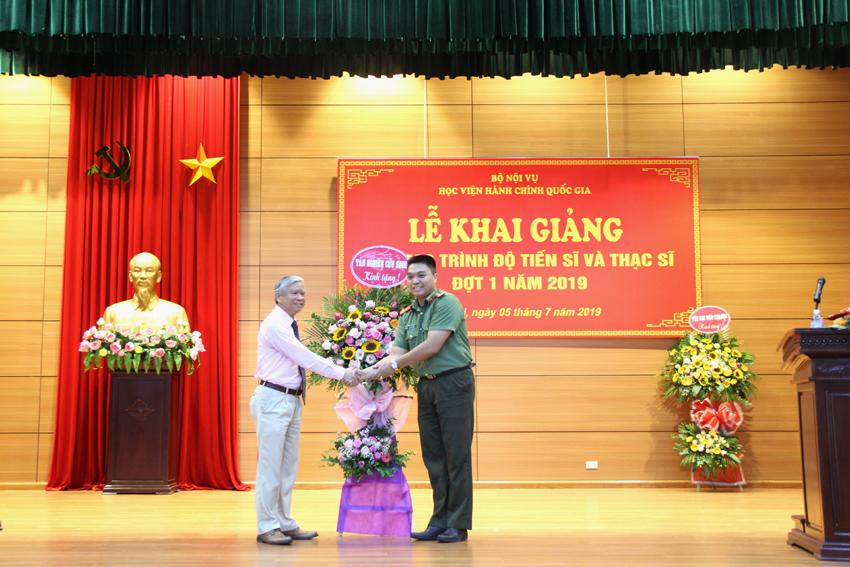 Đại diện tân nghiên cứu sinh gửi tặng lẵng hoa đến Lãnh đạo Học viện