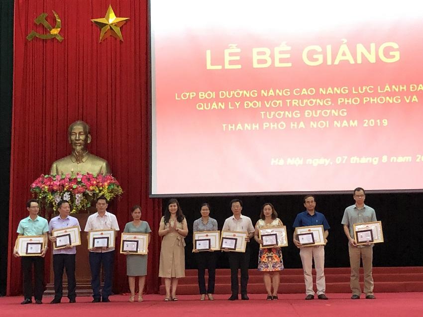 ThS. Lê Phương Thúy – Phó Trưởng Ban Quản lý bồi dưỡng trao chứng chỉ đại diện, giấy khen và phần thưởng của Học viện cho các học viên của khóa học