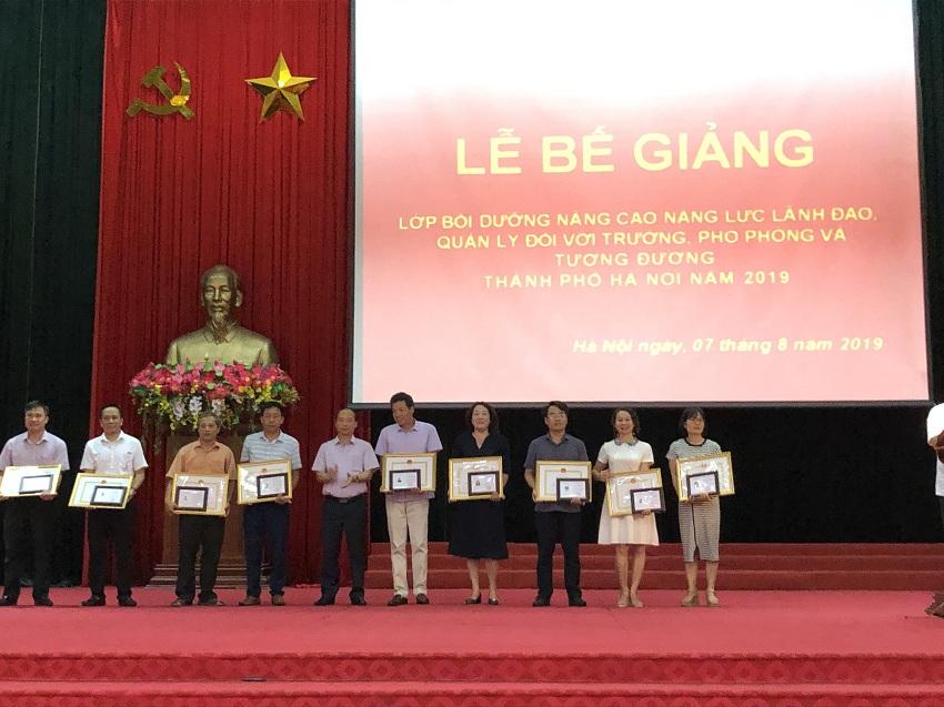 Ông Nguyễn Đình Hoa - Phó Giám đốc phụ trách Sở Nội vụ Hà Nội trao chứng chỉ đại diện, giấy khen và phần thưởng của Học viện cho các học viên của khóa học