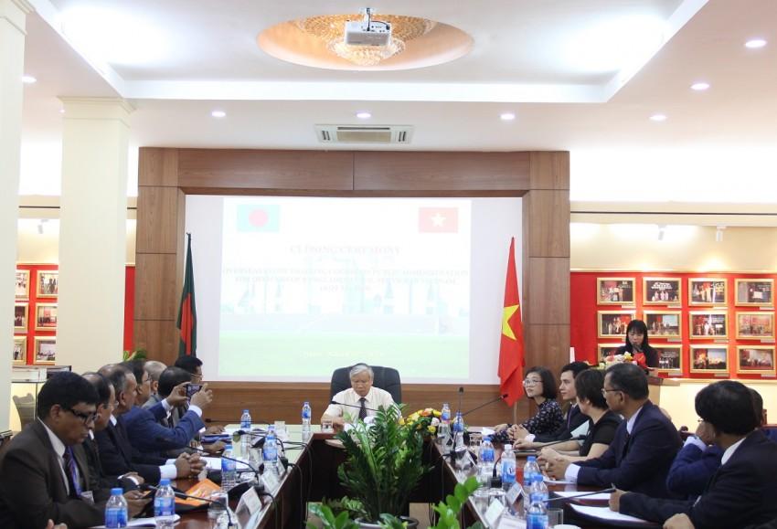 ThS. Phạm Thị Quỳnh Hoa – Trưởng Ban Hợp tác Quốc tế giới thiệu các địa biểu tham dự Lễ bế giảng