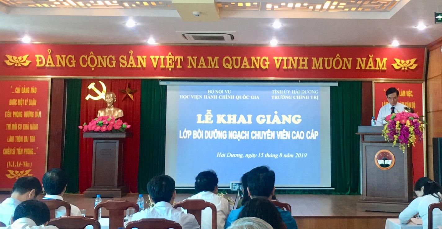 Đồng chí Vũ Văn Sơn, Phó Bí thư Thường trực Tỉnh ủy Hải Dương phát biểu khai giảng lớp học
