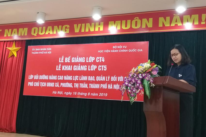 Đồng chí Vương Thanh Thủy – Trưởng phòng QLBD theo ngạch và vị trí việc làm, Ban Quản lý bồi dưỡng công bố các Quyết định liên quan đến khóa học của Giám đốc Học viện