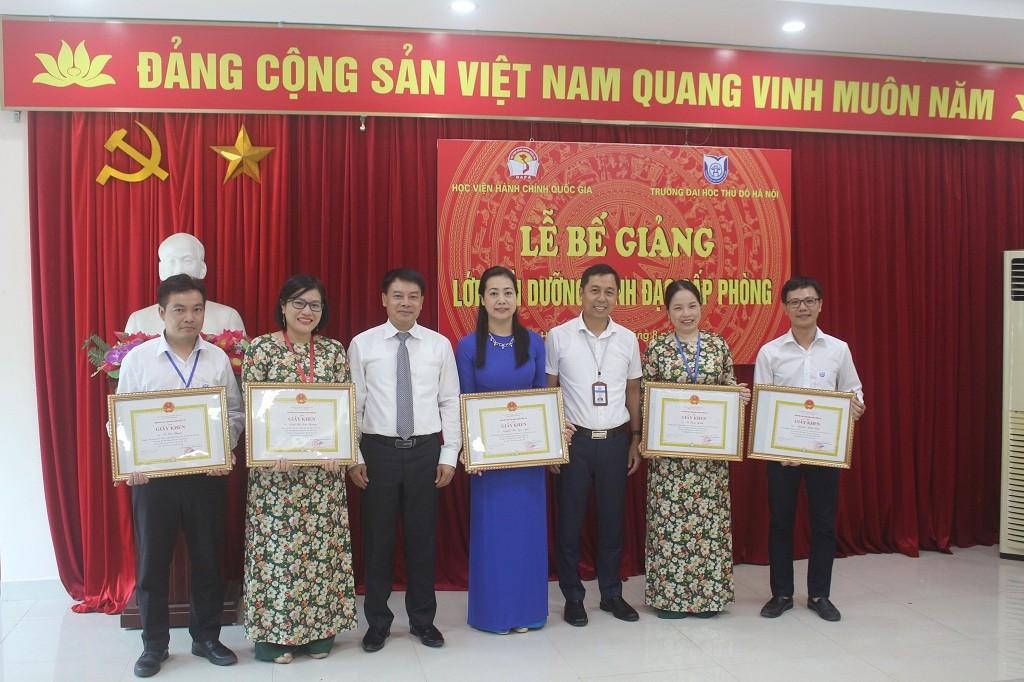 ThS. Tống Đăng Hưng trao giấy khen cho học viên đạt thành tích cao trong học tập