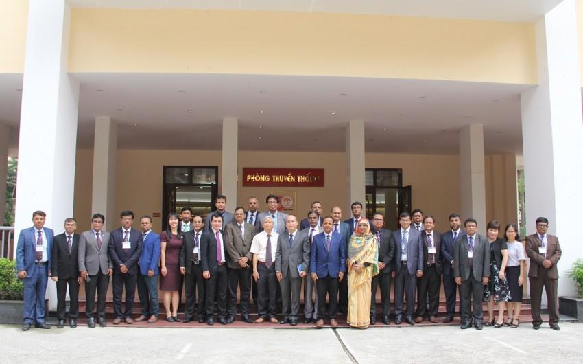 TS. Vũ Thanh Xuân – Phó Giám đốc Học viện Hành chính Quốc gia cùng các học viên của khóa bồi dưỡng