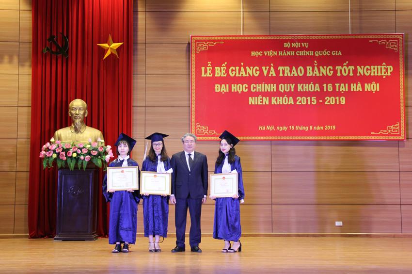 TS. Đặng Xuân Hoan - Giám đốc Học viện chúc mừng và trao Giấy khen cho thủ khoa và 2 á khoa toàn khóa