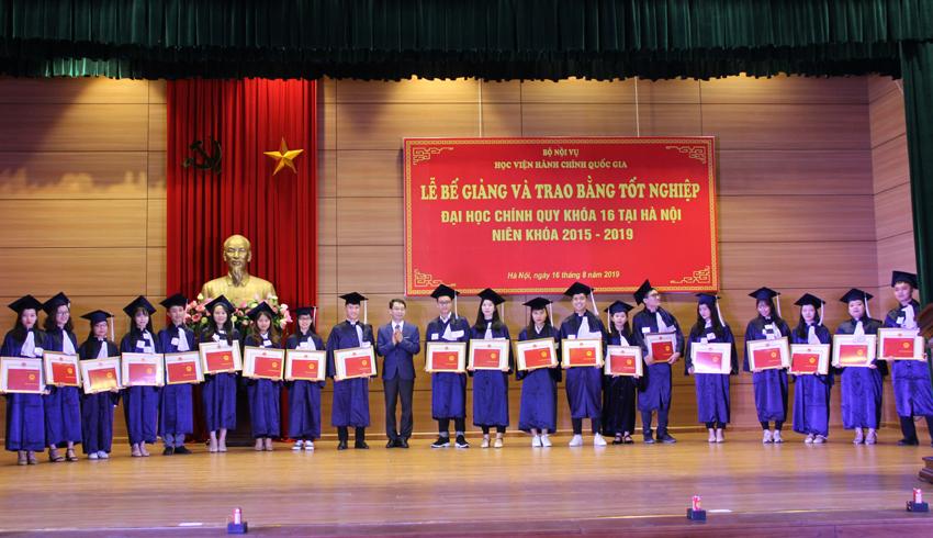 Giám đốc Học viện Đặng Xuân Hoan và Phó Giám đốc Lương Thanh Cường  trao bằng tốt nghiệp cho các tân cử nhân