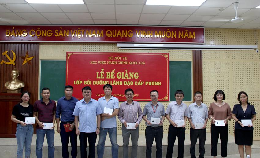 TS. Bùi Huy Tùng trao chứng chỉ cho các học viên nhận